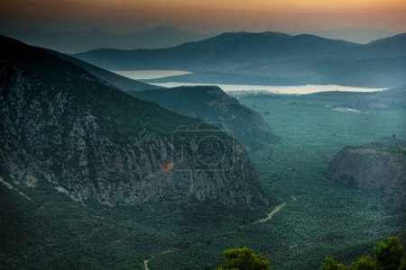 Photo pour Paysage de montagnes et de la baie d'eau contre le ciel - image libre de droit