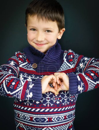 Foto de Muchacho sonriente haciendo el corazón con las manos - Imagen libre de derechos
