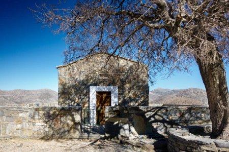 Photo pour Vue de face de maison fermée avec des montagnes en arrière-plan - image libre de droit