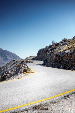 Photo pour Vue de la route sinueuse à voie unique en terrain extrême en Crète, Grèce, Europe - image libre de droit