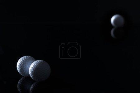 Photo pour Peu de balles de golf isolées sur fond noir avec un espace de copie vide pour le texte . - image libre de droit