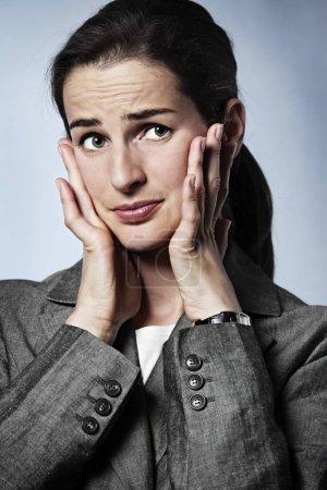 Photo pour Stressé jeune femme d'affaires ayant une migraine . - image libre de droit