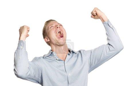 Photo pour Homme d'affaires excité criant les bras levés suggérant le succès, isolé sur fond blanc . - image libre de droit