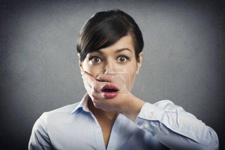 Photo pour Femme d'affaires choquée avec la bouche ouverte, isolée sur fond gris . - image libre de droit