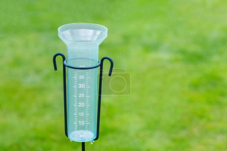 Photo pour Compteur d'eau vide avec fond d'herbe verte - image libre de droit