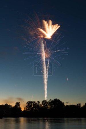 Photo pour Assortiment coloré de feux d'artifice au-dessus de la rivière Illinois le 4 juillet. Ottawa, Illinois, é.-u. - image libre de droit