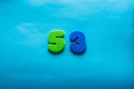 Photo pour 53 ans célébrant logo classique. Coloré joyeux anniversaire 53 e modèle numéros colorés. Salutations célèbre carte. Chiffres d'âges encadrés traditionnels. Vente, prix spécial, hors concept. - image libre de droit