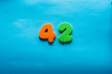 Photo pour 42 ans célébrant logo classique. Coloré joyeux anniversaire 42 e modèle de numéros de couleur. Salutations célèbre carte. Chiffres d'âges encadrés traditionnels. Vente, prix spécial, hors concept. - image libre de droit