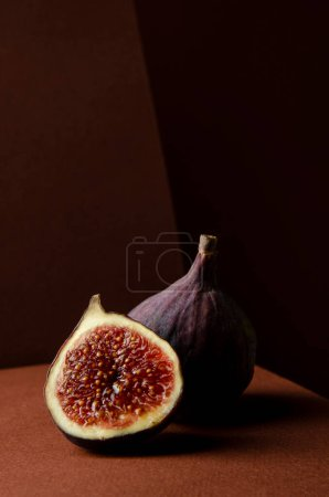 Photo pour Still life organic fig fruits, brown background. - image libre de droit