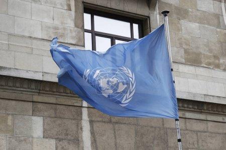 Photo pour Bruxelles, Belgique, 10 juillet 2018.Flag of United Nations waving outside of Un building. - image libre de droit