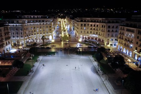 Photo pour Aerial view of Aristotelous Square which is the main city square of Thessaloniki, Greece  on July 27, 2020 - image libre de droit