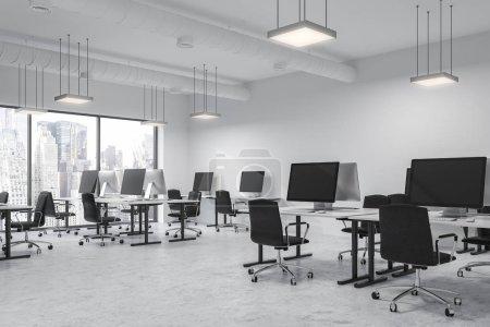 Photo pour Intérieur de bureau moderne espace ouvert avec les murs blancs et sol, rangées de tables d'ordinateur et des fenêtres panoramiques. rendu 3D maquette - image libre de droit