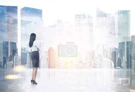 Photo pour Portrait complet d'une jeune femme d'affaires caucasienne méconnaissable portant une jupe et une chemise à talons hauts regardant une vue sur la ville du matin. Image tonique double exposition maquette - image libre de droit