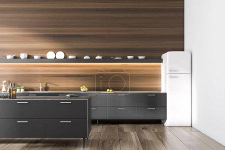 Foto de Interior de cocina moderna con paredes de madera oscuras y suelo, encimeras negras y una nevera en la esquina. Render 3D mock up - Imagen libre de derechos