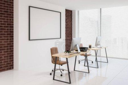 Photo pour Intérieur du Bureau du directeur avec des murs blancs et de brique, de deux ordinateur tables et de chaises beiges. Vue 3d rendering horizontale latérale mock up image postérisée - image libre de droit