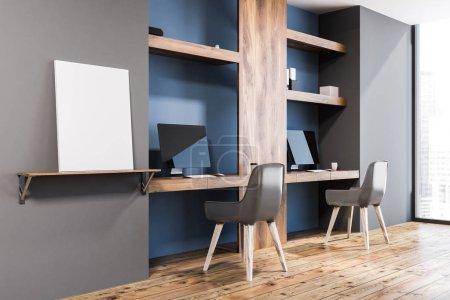 Photo pour Intérieur élégant Bureau à la maison avec des murs bleus et en bois foncé, deux bureaux d'ordinateur et chaises transparentes, debout sur un plancher en bois. Affiche. Concept de travail à la pige. rendu 3D maquette - image libre de droit