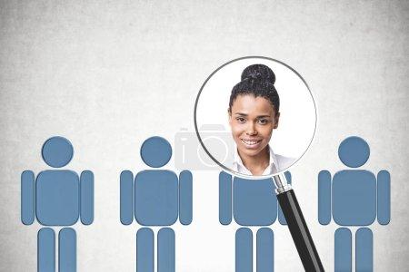 Photo pour Portrait de femme d'affaires afro-américaines en loupe au rang d'homme bleu figures dans la salle de béton. RH concept. - image libre de droit