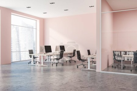 Foto de Interior de oficina de pared rosado con grandes ventanas, escritorios de madera con computadoras y piso de concreto. espacio de copia de renderizado 3D - Imagen libre de derechos