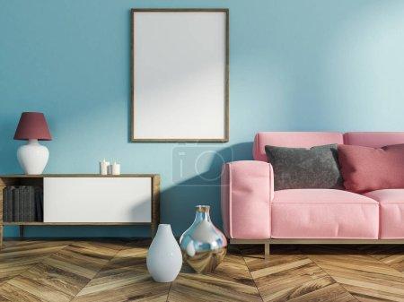 Foto de Interior de la sala de estar con paredes azul claras, piso de madera con floreros en él, un mueble con libros, velas y una lámpara y mock vertical del marco del cartel. Sofá rosa. Render 3D - Imagen libre de derechos