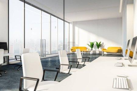 Photo pour Intérieur d'un bureau modern avec murs blancs, portes en verre et tableaux blancs ordinateur. Canapés jaunes dans le rendu 3d de salon zone - image libre de droit