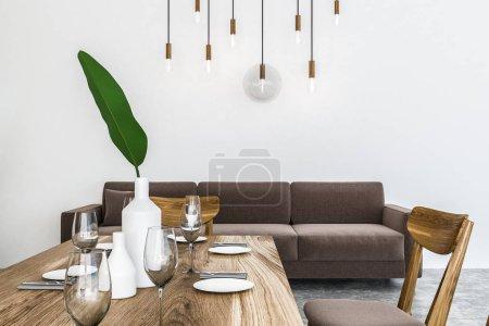 Photo pour Élégante salle à manger intérieur avec des murs blancs, sol en béton, en bois table avec chaises et canapé long beige. rendu 3D - image libre de droit