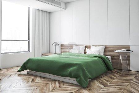 Foto de Esquina del dormitorio con paredes blancas, piso de madera, cama verde con dos mesitas de noche y lámpara y gran ventanal con cortinas. Render 3D - Imagen libre de derechos