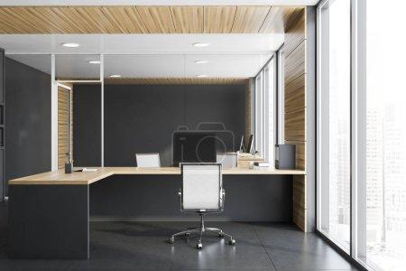 Photo pour Intérieur du bureau de gestionnaire élégant avec des murs gris et en bois, sol carrelé et table d'ordinateur grise et en bois avec des chaises blanches. Concept de leadership. Rendu 3d - image libre de droit
