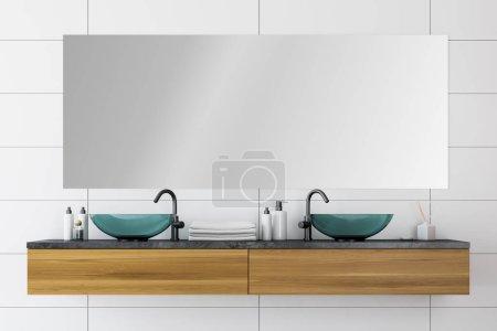 Photo pour Double évier en verre debout sur un comptoir en bois dans l'intérieur de la salle de bain moderne avec des murs de tuiles blanches et grand miroir. Rendu 3d - image libre de droit