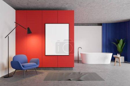 Photo pour Intérieur de salle de bain élégante avec murs blancs et rouges, sol en béton, baignoire blanche, rideaux bleus et fauteuil bleu confortable. Modélisation verticale du cadre d'affiche sur le mur. Rendu 3d - image libre de droit