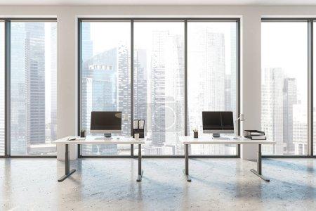 Photo pour Intérieur du loft bureau confortable avec murs blancs, fenêtres avec paysage urbain et deux tables compactes avec ordinateurs de bureau modernes. Rendu 3d - image libre de droit
