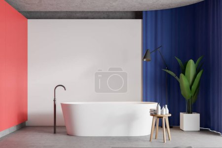 Photo pour Intérieur de salle de bain de style minimaliste lumineux avec murs blancs et rouges, sol en béton, baignoire confortable et rideau bleu vif. Rendu 3d - image libre de droit