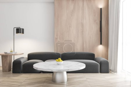 Photo pour Intérieur du salon élégant avec des murs blancs et en bois, sol en bois, confortable canapé gris près de la table basse en marbre et grande fenêtre avec rideaux. Rendu 3d - image libre de droit