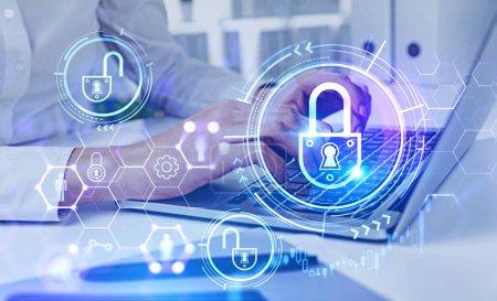 Mains de femme d'affaires en chemise blanche en utilisant un ordinateur portable dans un bureau flou avec une double exposition de l'interface de cybersécurité futuriste. Concept de protection des données. Image tonique