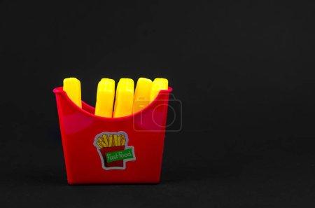 Photo pour Fast-food. frites en plastique français sur un fond noir. copier l'espace. horisontal - image libre de droit