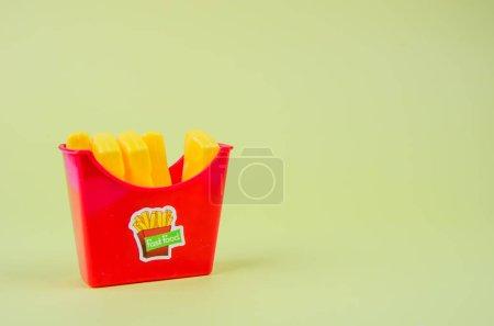 Photo pour Fast-food. frites en plastique français sur un fond jaune. copier l'espace. horisontal - image libre de droit