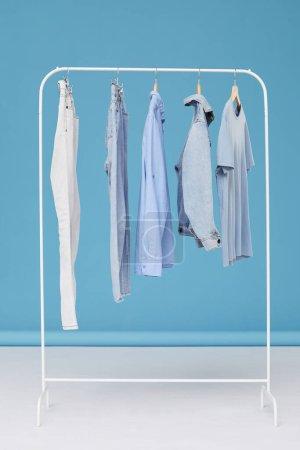 Photo pour Image de jeans vêtements suspendus au cintre dans la boutique de vêtements - image libre de droit