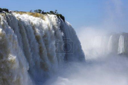Photo pour Vue d'une grande chute du côté brésilien des chutes de Foz do Iguau créant de la brume avec d'autres chutes en arrière-plan - image libre de droit