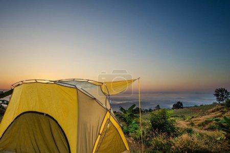Photo pour Tente jaune au point de vue à Doi Sa-ONG, Chiang Sean, Province de Chiang Rai, Thaïlande. - image libre de droit