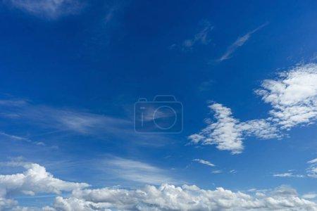 Photo pour Nuages blancs moelleux dans le ciel bleu - image libre de droit