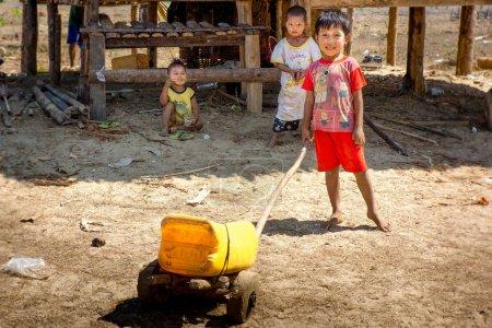 Photo pour Duya, Myanmar - 24 février 2017: Petits enfants jouant des jouets faits à la main - image libre de droit