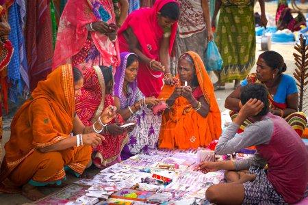 Photo pour Varanasi, Inde - 9 novembre 2018 : Des femmes regardent le bazar - image libre de droit