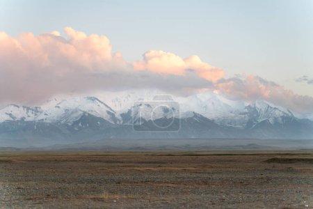 Die atemberaubende wilde Aussicht auf Kyrgyzstan Landschaft voller Schneegipfel und Wildnis