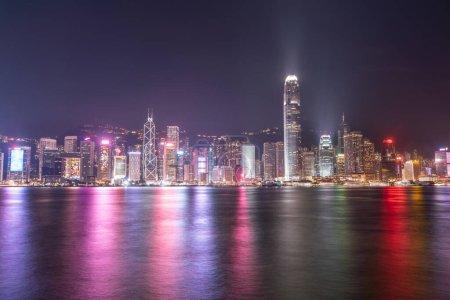 Photo pour La vue incroyable du paysage urbain nocturne des lumières sur l'eau sur le port de Victoria à Hong Kong - image libre de droit