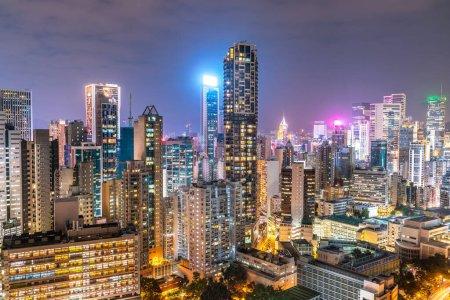 Photo pour La vue imprenable sur la nuit et le coucher du soleil sur le paysage urbain et les gratte-ciel de Hong-Kong - image libre de droit
