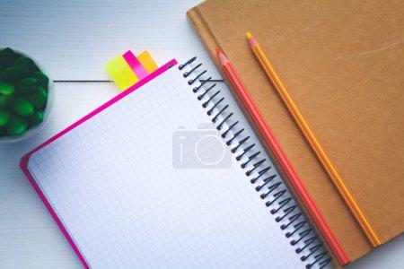 Photo pour Image du haut du carnet ouvert avec des pages blanches sur une table en bois. carnet ouvert - image libre de droit
