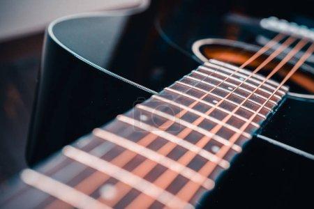 Photo pour Fin de la guitare acoustique vers le haut de la vue - image libre de droit