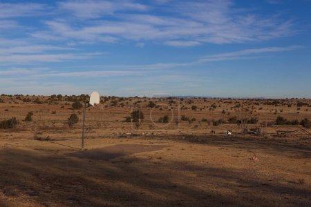Foto de Un aro de baloncesto en medio de un desierto cerca de Amarillo, Texas. - Imagen libre de derechos