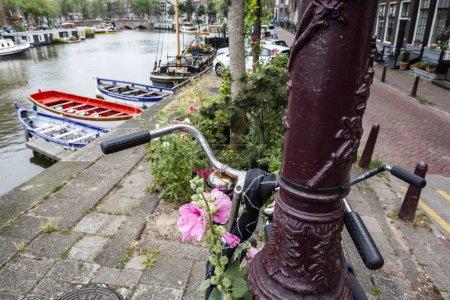 Photo pour L'utilisation du vélo à Amsterdam a augmenté de plus de 40 % au cours des 20 dernières années . - image libre de droit