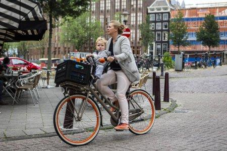 Photo pour Amsterdam, Pays-Bas - 1er juillet 2017 : Amsterdam est l'une des villes les plus connues au monde pour ses vélos. L'utilisation du vélo à Amsterdam a augmenté de plus de 40 % au cours des 20 dernières années . - image libre de droit