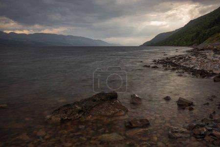 Photo pour Loch Ness, un grand loch d'eau douce profond dans les Highlands écossais, surtout connu pour ses observations présumées du monstre du Loch Ness, par une journée orageuse . - image libre de droit